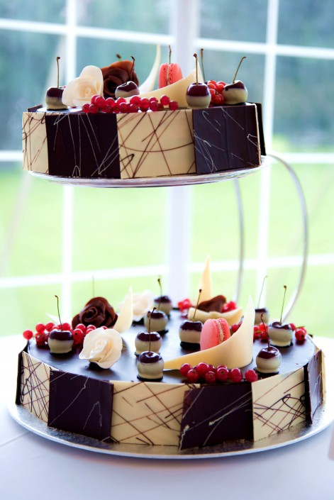 "Alt= ""2 tier wedding cake Opera"""